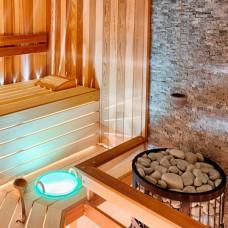 Сауна с декоративными элементами и подсветкой